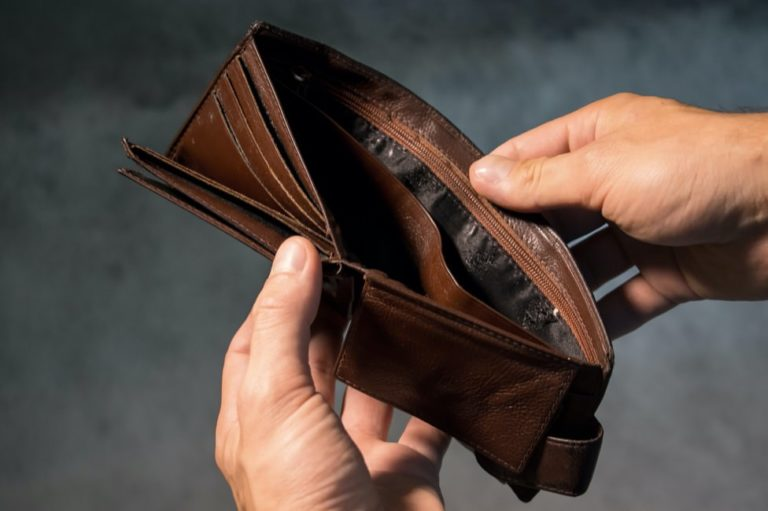 ネットビジネスで稼げない人の特徴-お金に困っている人